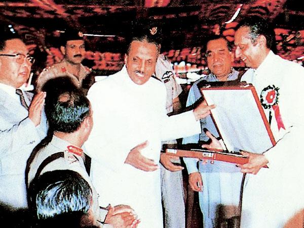 巴基斯坦前总统齐亚哈克为建设公司颁奖