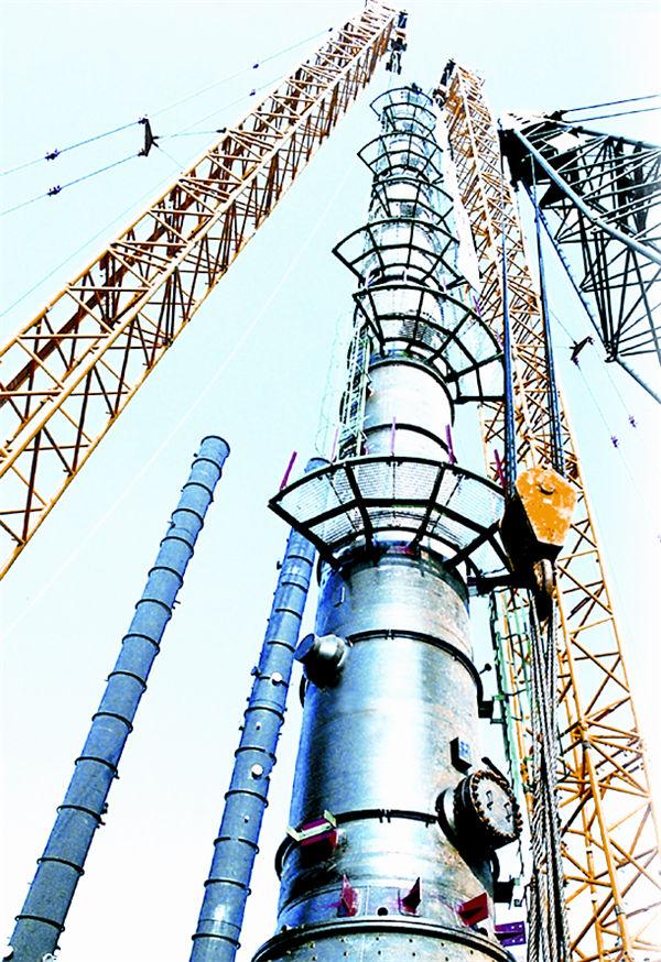 国内首例运用两台500吨汽车吊抬吊一台300吨合成氨甲醇洗涤塔
