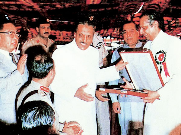 The Former President of Pakistan, Zia-ul-Haq presents the awarded to NCC.